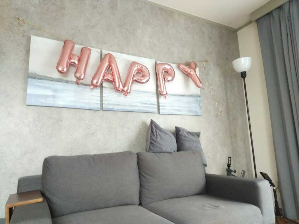 HAPPYバルーンを壁面に取り付けます